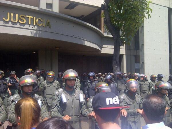 Despliegue de la Guardia Nacional frente al Palacio de Justicia, a la espera de la llegada de Leopoldo López. Caracas, 19 febrero. Foto: @Borisaavedra