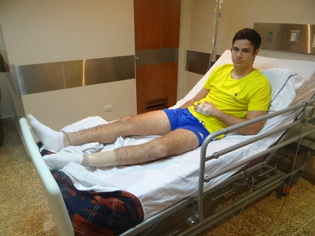Nicolás Yánez aún en la clínica recuperándose de herida de bala en la pierna. Foto: Andreina Flores