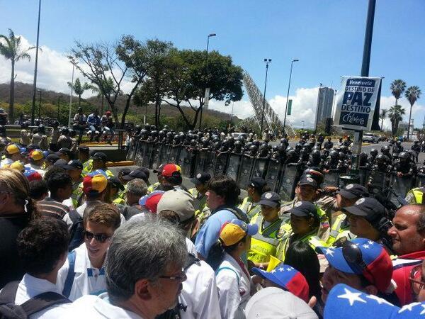 Los médicos manifestantes se topan con la Policía Nacional Bolivariana en Plaza Venezuela. Caracas. 12 de Marzo.